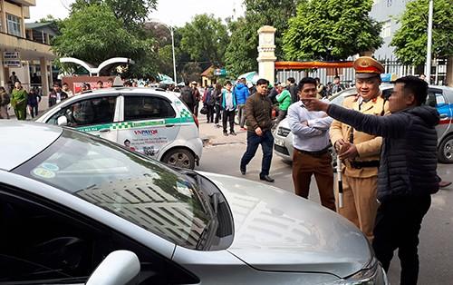 Sáng 11/1, tại phố Phủ Doãn, Hoàn Kiếm, Hà Nội cảnh sát giao thông dừng nhiều xe Uber, Grab đi vào đường cấm để nhắc nhở.