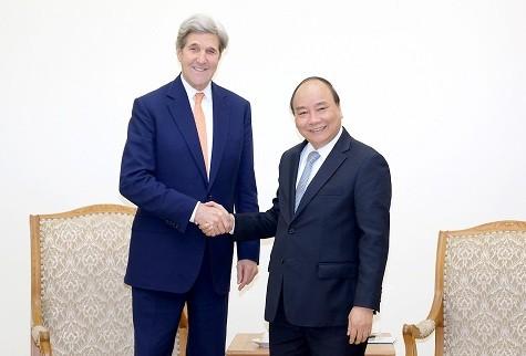 Thủ tướng Nguyễn Xuân Phúc và cựu Ngoại trưởng Hoa Kỳ John Kerry. Ảnh: VGP
