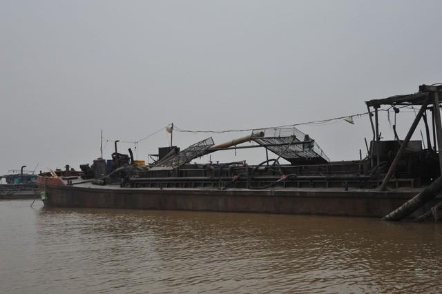 """4 tàu """"cát tặc"""" bị bắt quả tang trên sông Hồng"""