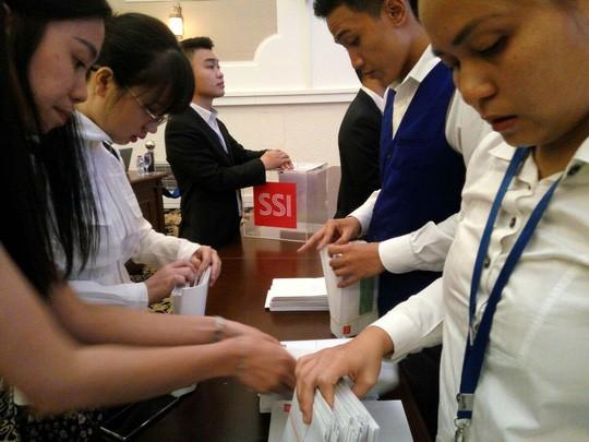 Đơn vị tổ chức và các công ty chứng khoán liên tục nhận lệnh đấu giá cổ phần BSR. Ảnh: NDH