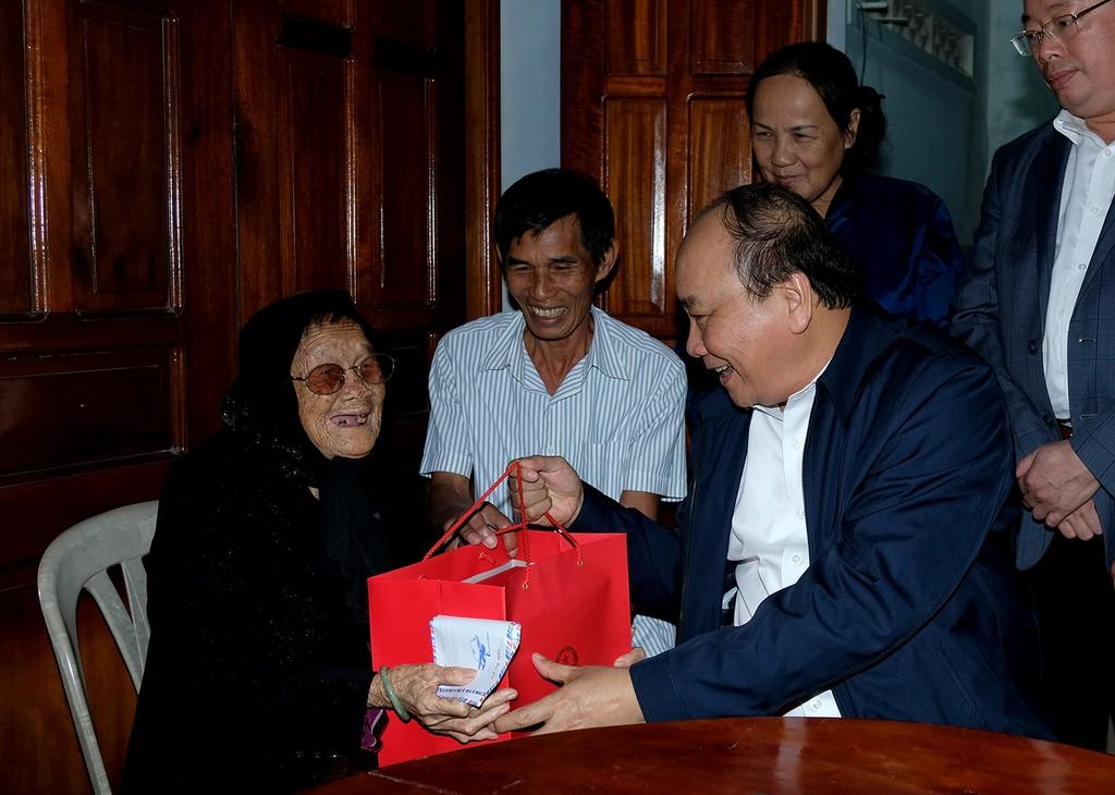 Thủ tướng tặng quà Tết cho bà con nghèo vùng bị thiên tai tỉnh Phú Yên - ảnh 3