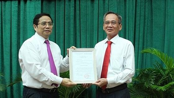 Trưởng Ban Tổ chức Trung ương Phạm Minh Chính trao quyết định cho ông Lữ Văn Hùng. - Ảnh: SGGP