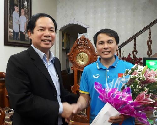 Ông Tạ Đức Minh, Chủ tịch xã Xuân Nộn, đến chúc mừng gia đình Quang Hải sau trận đấu.