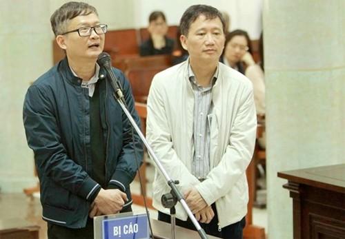 Bị cáo Đinh Mạnh Thắng (áo khoác sẫm màu) đối chất với bị cáo Trịnh Xuân Thanh. Ảnh: VietnamPlus