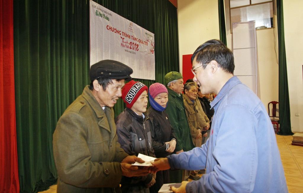 Bắc Ninh: Cục Quản lý đấu thầu, Báo Đấu thầu trao 275 suất quà Tết cho các hộ nghèo huyện Tiên Du - ảnh 1