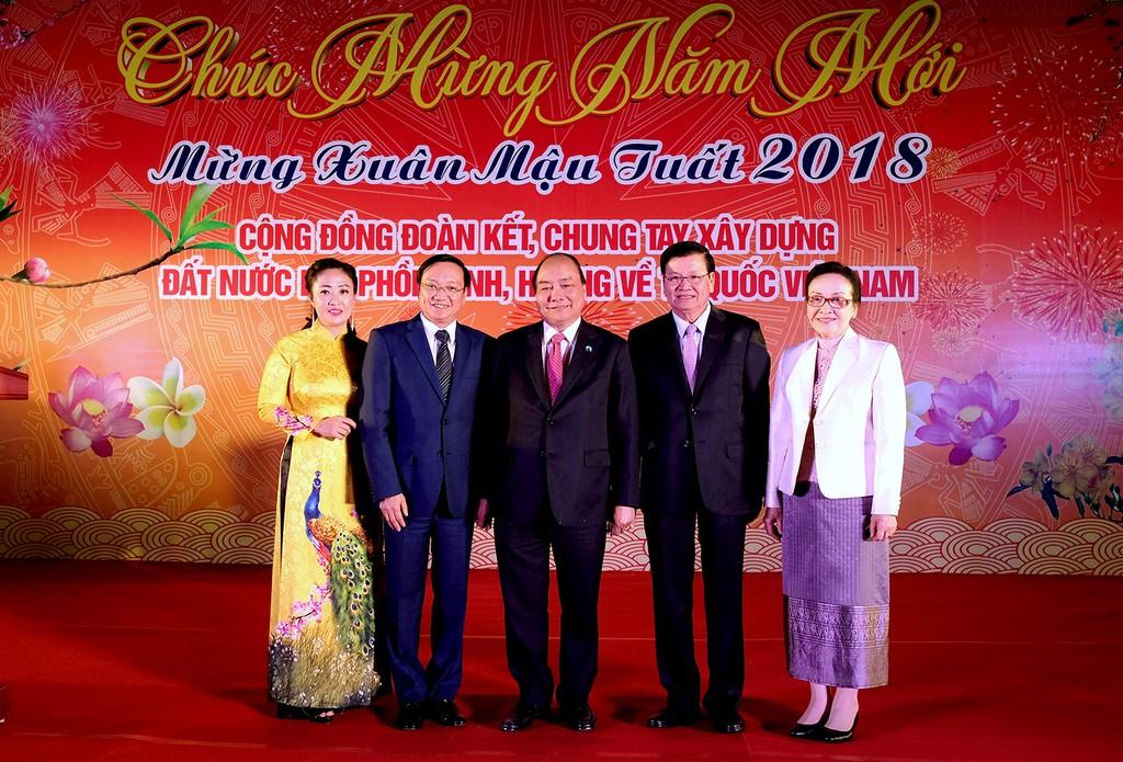 Thủ tướng Nguyễn Xuân Phúc cùng Thủ tướng Lào và Phu nhân (bên phải) dự cuộc gặp mặt. - Ảnh: VGP