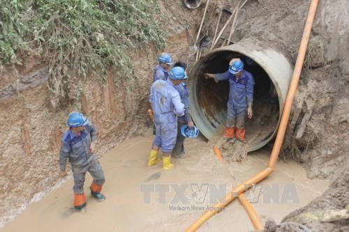 Vào khoảng 3h30 sáng 13/8/2015, đường ống dẫn nước sông Đà bị vỡ lần thứ 13 tại vị trí km28 + 650, thuộc địa bàn huyện Thạch Thất (Hà Nội). Ảnh: TTXVN