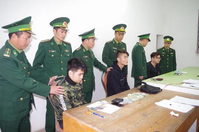 Trong khi mang một lượng thẻ ATM dùng để rút tiền cùng điện thoại, sim điện thoại... qua Cửa khẩu để về nước, 3 đối tượng người Trung Quốc bị Biên phòng phát hiện bắt giữ (ảnh CTV)