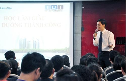 Phạm Thanh Hải thuyết trình Làm giàu khó hay dễ. Ảnh: dantri.com.vn