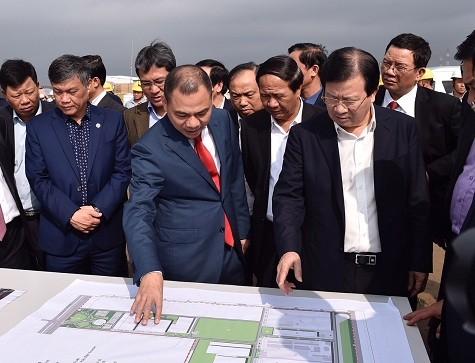Phó Thủ tướng Trịnh Đình Dũng thăm công trường xây dựng Tổ hợp sản xuất ô tô Vinfast - Ảnh: VGP