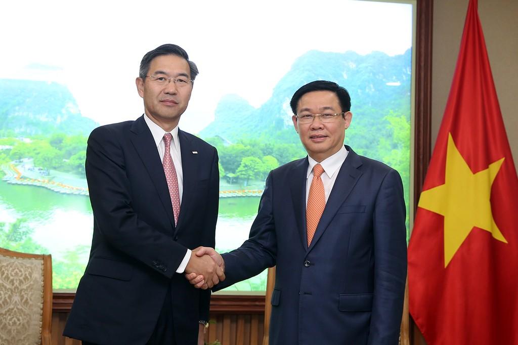 Phó Thủ tướng Vương Đình Huệ và Giám đốc điều hành cấp cao, Chủ tịch châu Á của SMBC Shosuke Mori - Ảnh: VGP