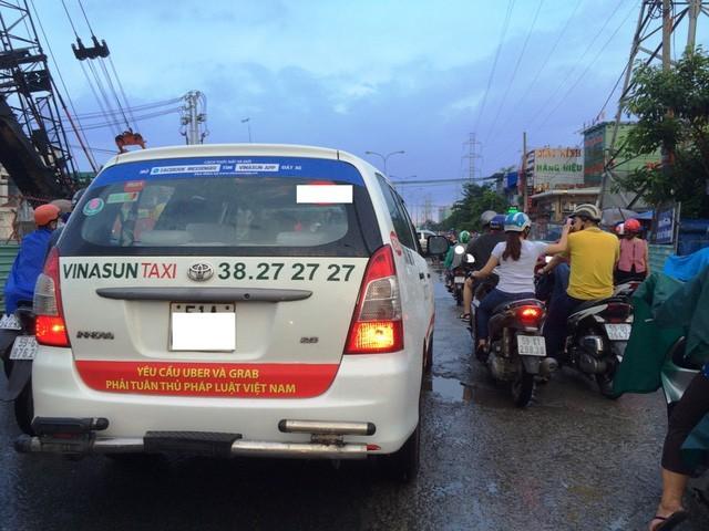 Hình ảnh phản cảm tại TPHCM trong năm 2017 khi trên xe của Vinasun dán biểu ngữ phản đối Uber, Grab