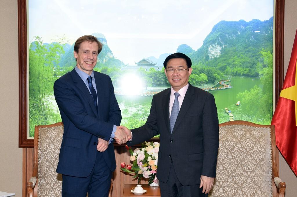 Phó Thủ tướng Vương Đình Huệ tiếp ông Justin Wood, Giám đốc Diễn đàn Kinh tế Thế giới khu vực châu Á-Thái Bình Dương. Ảnh: VGP