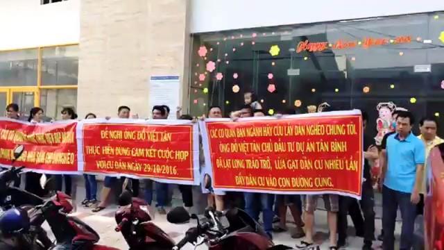 Người dân phản ứng trước việc bàn giao nhà chậm trễ của dự án Tân Bình Tower (quận Tân Bình, TPHCM) trong ngày 11/3.