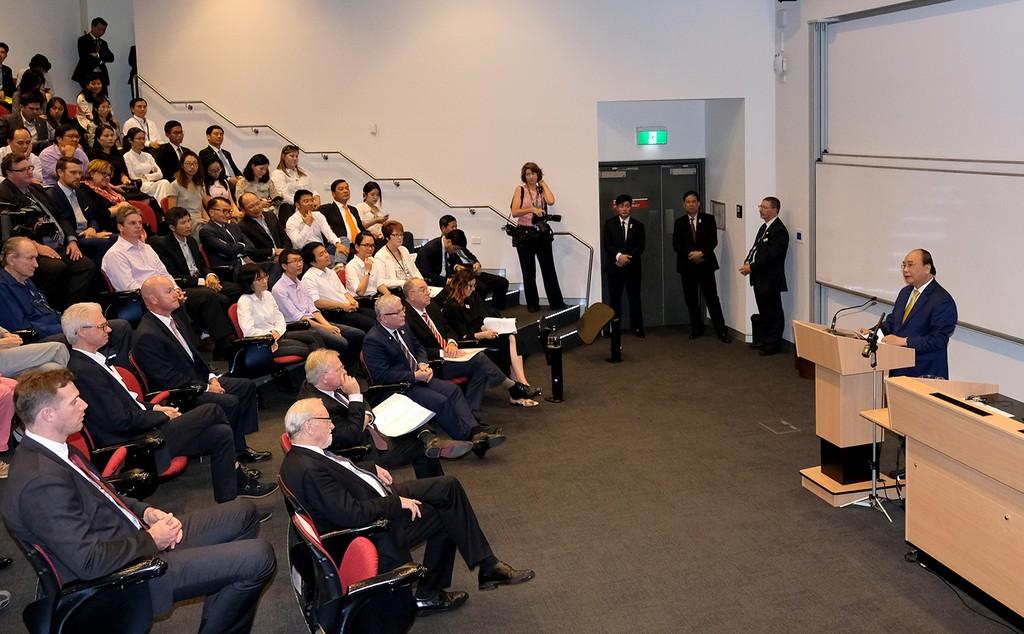 Thủ tướng Nguyễn Xuân Phúc phát biểu trước giảng viên và sinh viên Đại học Quốc gia Australia. Ảnh: VGP