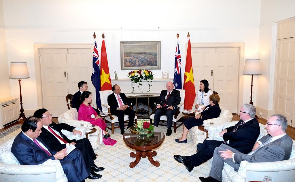Toàn quyền Australia lái xe điện đưa Thủ tướng Nguyễn Xuân Phúc thăm vườn thú Kangaroo - ảnh 1