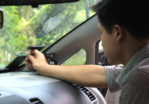 Thẻ VETC được dán trên kính xe và trừ tiền vào tài khoản thẻ của chủ xe khi qua trạm thu phí.