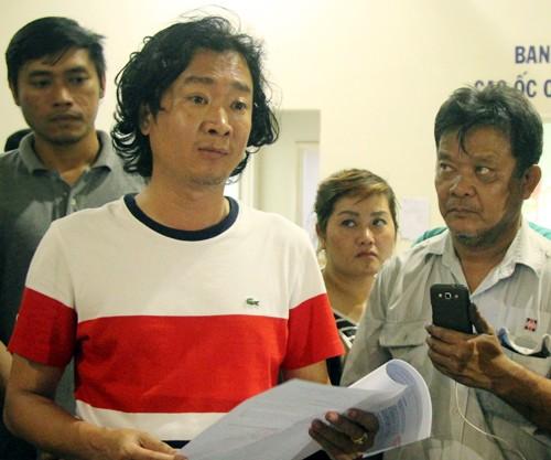 Đại diện đơn vị vận hành chung cư (trái) đưa ra thông báo xin lỗi cư dân.