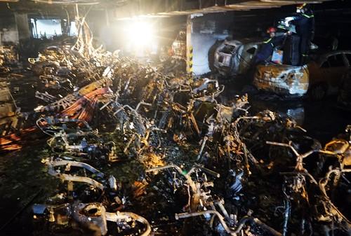 Hoả hoạn nghiêm trọng nhất trong hơn chục năm tại TP HCM khiến 13 người chết, 13 ôtô và 150 xe máy cháy rụi.