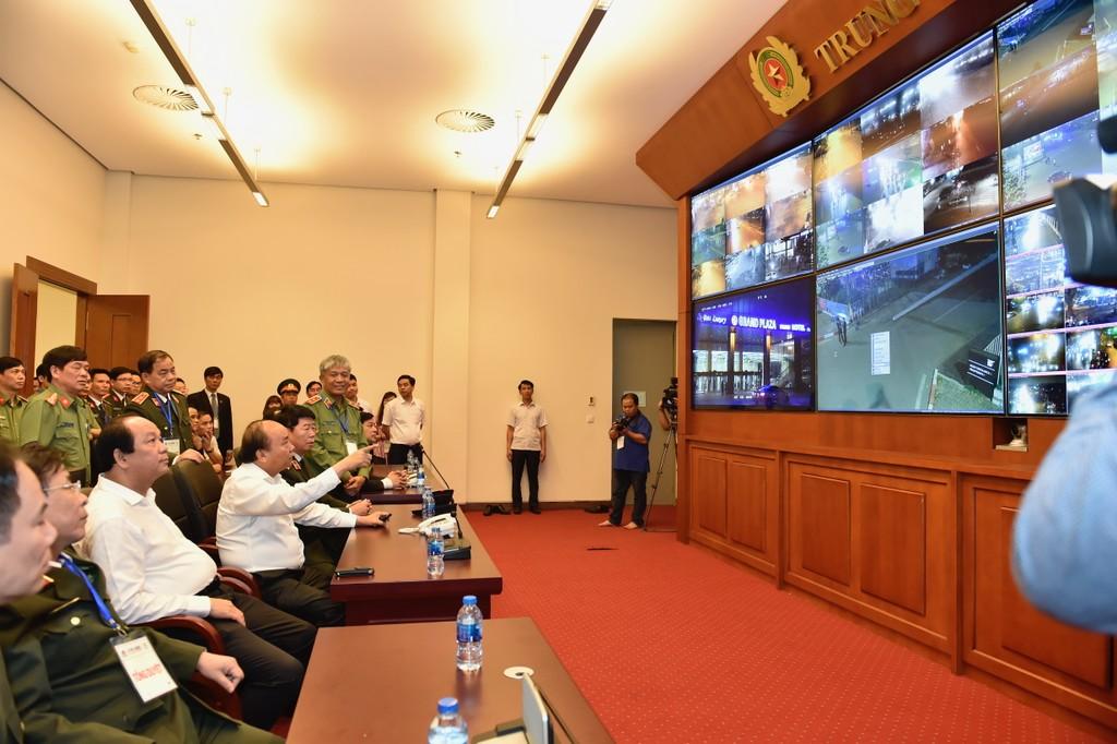 Thủ tướng Nguyễn Xuân Phúc cùng các thành viên Ban Tổ chức đã rà soát, kiểm tra kịch bản của từng phiên họp, kế hoạch di chuyển các đội hình xe... Ảnh: VGP