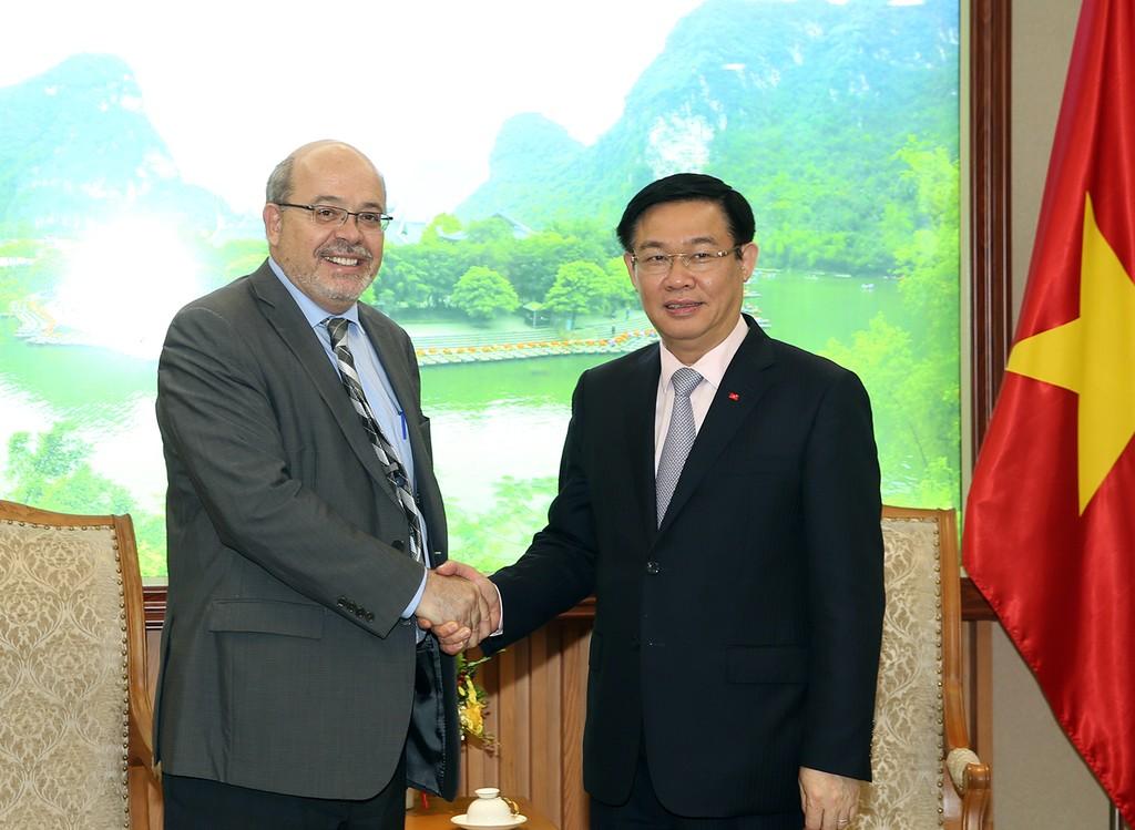 Phó Thủ tướng Vương Đình Huệ và ông Alex Mourmouras, Trưởng đoàn tham khảo Điều IV của IMF. Ảnh: VGP