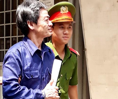 Bị cáo Phong vẻ mệt mỏi khi ra tòa.