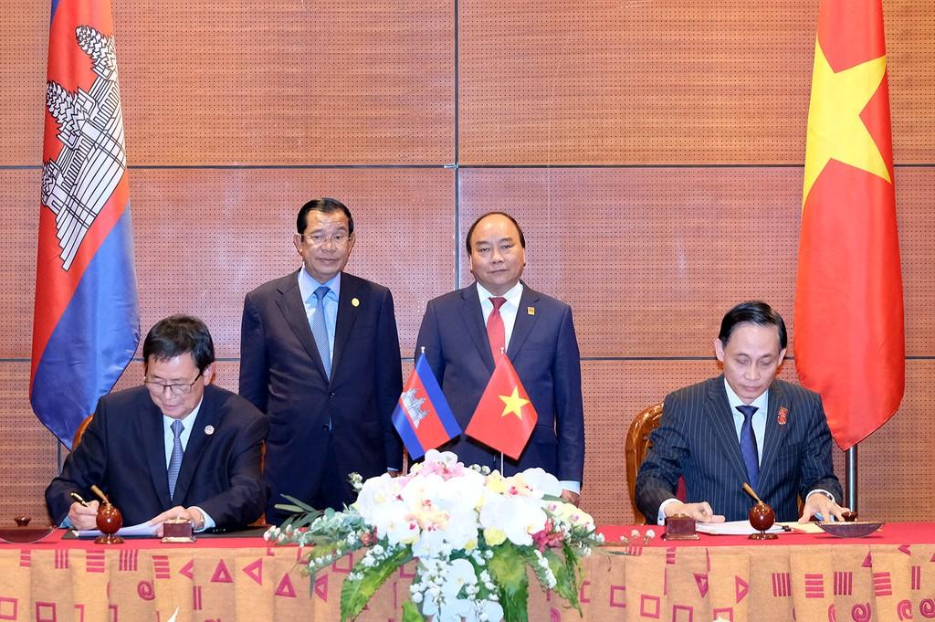 Hai đồng Chủ tịch Ủy ban liên hợp ký biên bản cuộc họp. - Ảnh: VGP