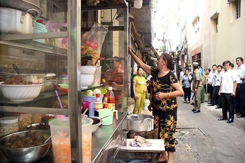 Nhiều căn nhà bày bán đồ ăn tại các lối thoát hiểm của chợ.