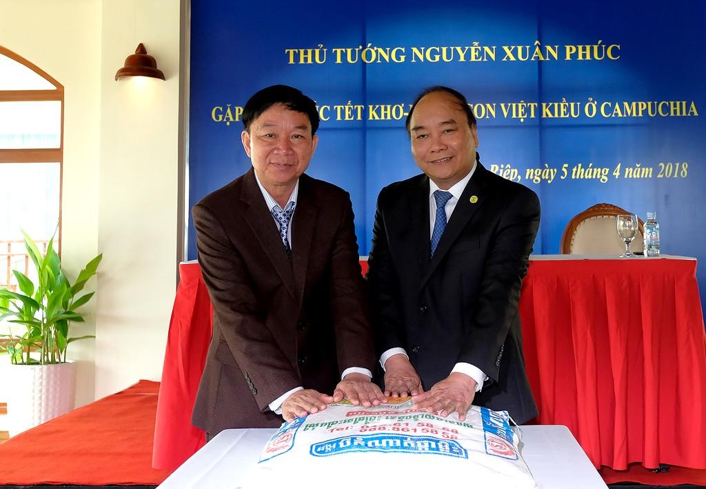 Thủ tướng gặp gỡ, tặng quà cho kiều bào nghèo ở Campuchia - ảnh 1