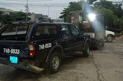 Chiếc xe bán tải của kiểm lâm Quảng Trị bị đâm hỏng phần đuôi.