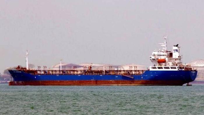 Tàu BTS Christina khi bị phát hiện vận chuyển trái phép hàng hóa qua biên giới và bị tạm giữ vào đầu năm 2016 - Ảnh: CTV