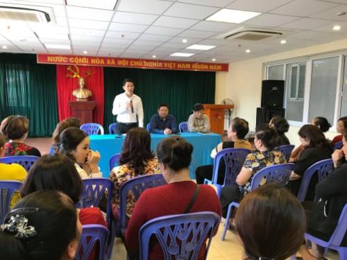 Tiểu thương căng băng rôn phản đối trước tin đồn xây mới chợ Đồng Xuân - ảnh 1