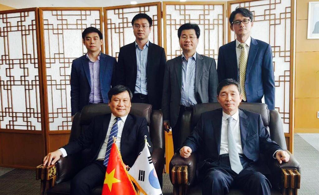 Thứ trưởng Bộ KH&ĐT Vũ Đại Thắng chụp ảnh lưu niệm cùng Đại sứ Hàn Quốc Lee Hyuk. Ảnh: Mai Phương