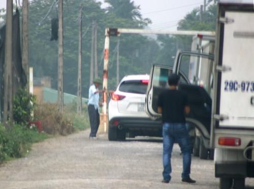 """Trạm """"BOT làng"""" ở xã Lê Thiện thu phí mỗi xe ôtô 10.000 đồng."""