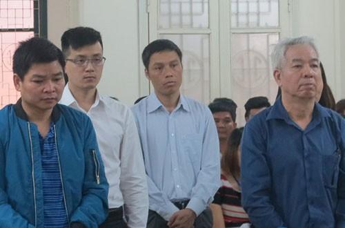 Ông Quý (ngoài cùng bên phải) và các bị cáo tại tòa.