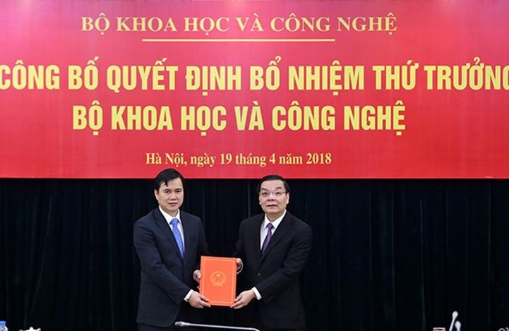 Bộ trưởng Chu Ngọc An trao quyết định cho tân Thứ trưởng Bùi Thế Duy. Ảnh báo KHPT