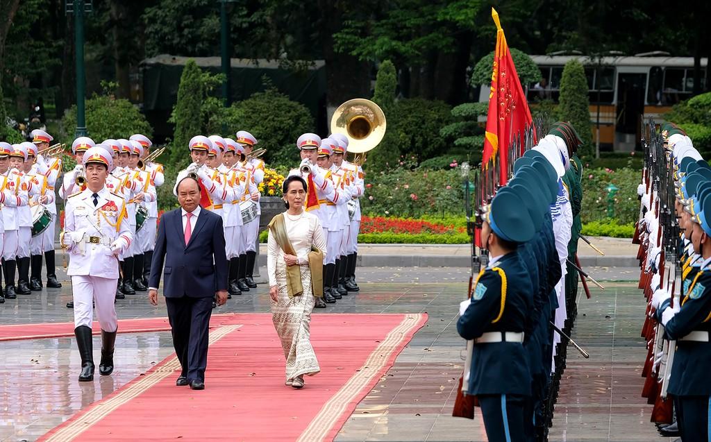 Thủ tướng Nguyễn Xuân Phúc và Cố vấn Nhà nước, Bộ trưởng Bộ Ngoại giao-Bộ trưởng Văn phòng Tổng thống Cộng hòa Liên bang Myanmar Aung San Suu Kyi duyệt Đội Danh dự. Ảnh: VGP