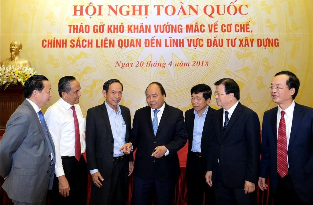 Thủ tướng nhấn mạnh phải tập trung tháo gỡ thể chế pháp luật làm chậm trễ quá trình đầu tư xây dựng. Ảnh: VGP