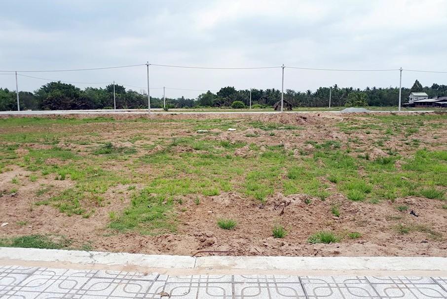 Những nền đất nhỏ 60-70 m2 ven đường Nguyễn Xiển (Long Thạnh Mỹ) đang được rao giá 30-60 triệu đồng/m2 và cam kết khách đầu tư sẽ có lời 30-40% trong 2-3 tháng.