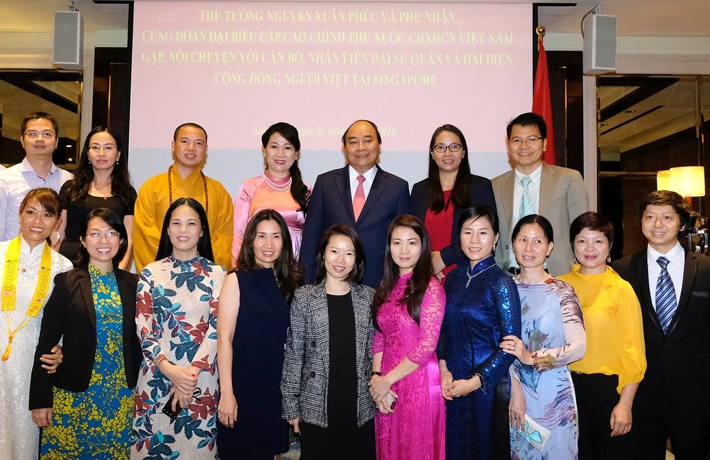 Thủ tướng và Phu nhân cùng cộng đồng người Việt tại Singapore. Ảnh: VGP