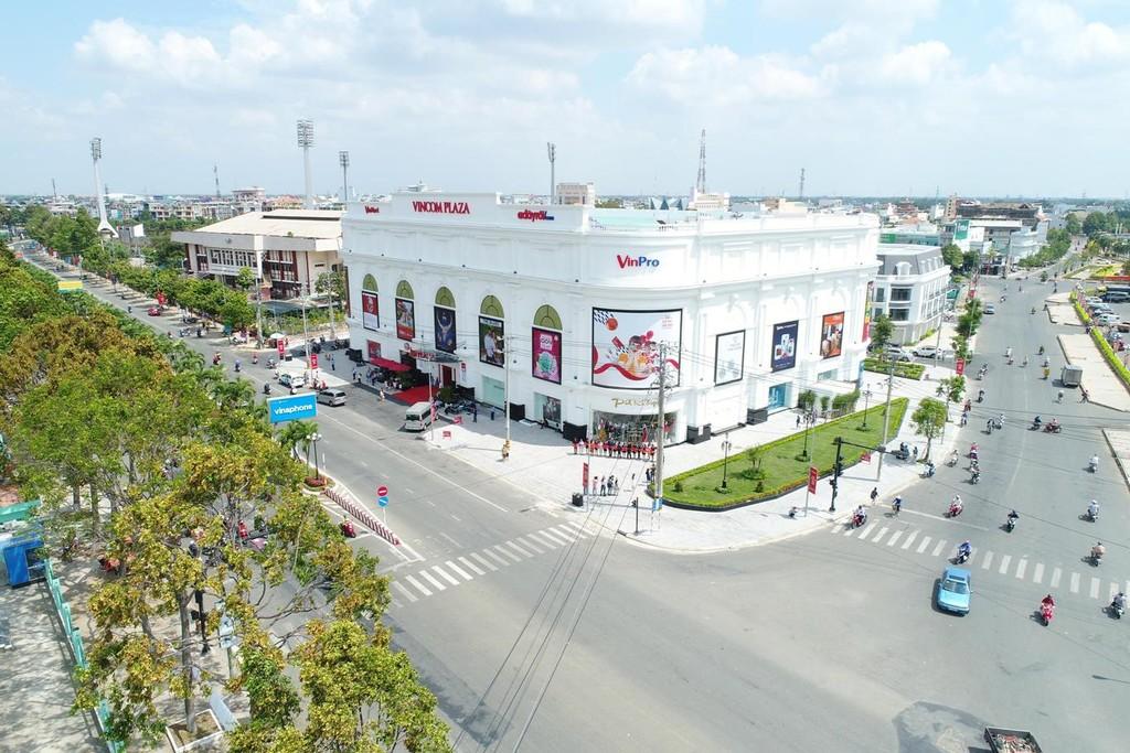 Các TTTM Vincom Plaza được thiết kế sang trọng, hiện đại – là điểm nhấn kiến trúc của thành phố