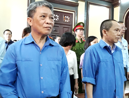 Cựu Chủ tịch Hoàng Văn Toàn (trái) và tổng giám đốc Trần Sơn Nam tại tòa hôm nay.