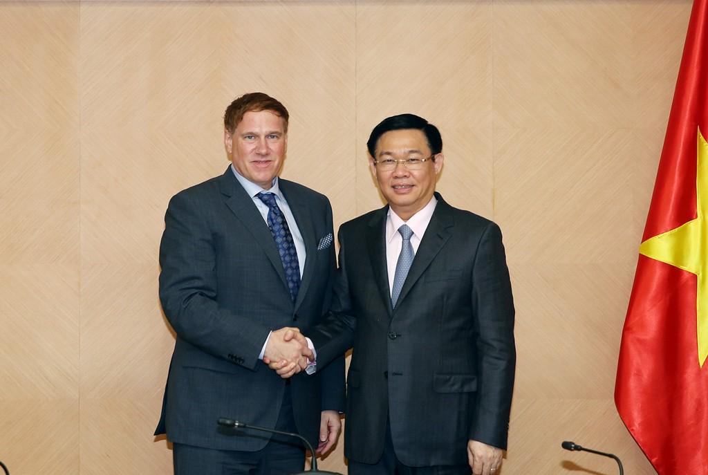Phó Thủ tướng Vương Đình Huệ tiếp Chủ tịch Hiệp hội Thương mại Hoa Kỳ. Ảnh: VGP