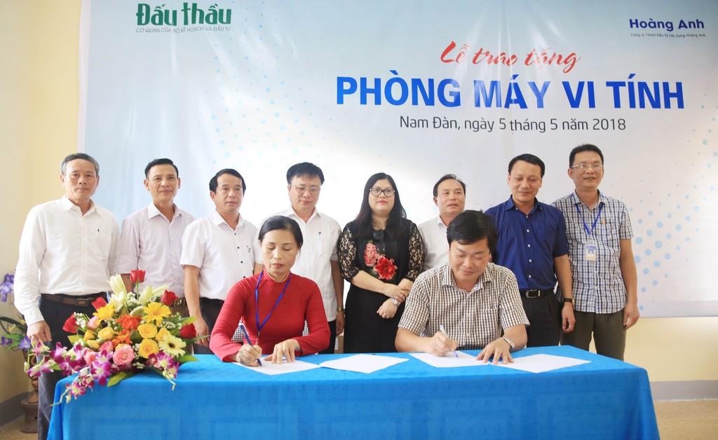 Báo Đấu thầu trao tặng phòng máy tính cho Trường THCS Nam Tân, Nam Đàn - ảnh 1