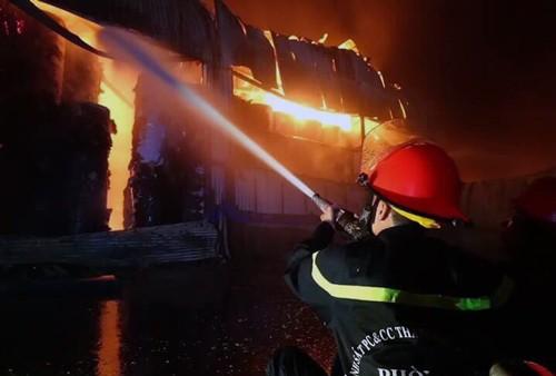Kho giấy 1.500 m2 ở Sài Gòn đổ sập sau hỏa hoạn kéo dài 4 giờ - ảnh 1