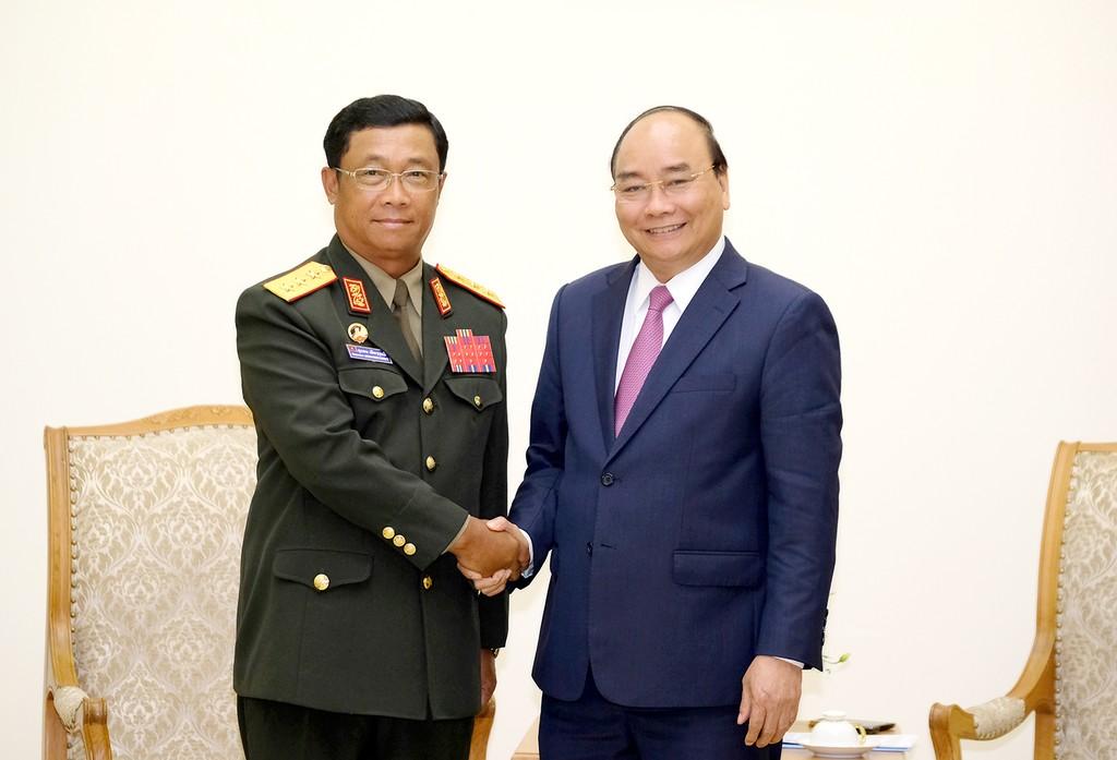 Thủ tướng Nguyễn Xuân Phúc và Thượng tướng Suvon Luongbunmi, Thứ trưởng Bộ Quốc phòng, Tổng Tham mưu trưởng Quân đội nhân dân Lào - Ảnh: VGP