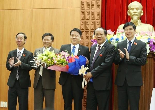 Lãnh đạo tỉnh Quảng Nam chúc mừng ông Trần Văn Tân (giữa)