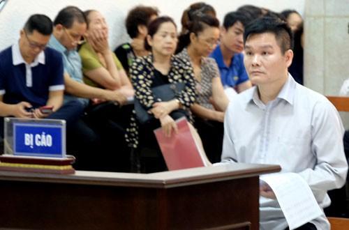 Bị cáo Phạm Thanh Hải (áo trắng, bên phải) tại tòa.