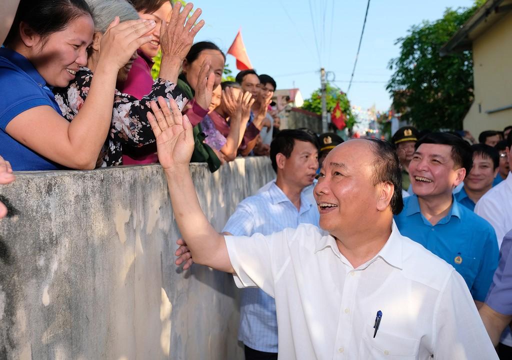 Chiều 19/5, Thủ tướng thăm khu trọ của công nhân tại xã Bạch Thượng, huyện Duy Tiên, tỉnh Hà Nam. Ảnh: VGP