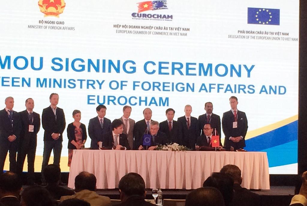 Thủ tướng Nguyễn Xuân Phúc chứng kiến Lễ ký kết hợp tác giữa Bộ Ngoại giao và EuroCham - Ảnh: Trần Nam